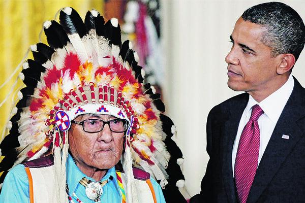 Joseph Medicine Crow pri preberaní prezidentskej medaily od Baracka Obamu.