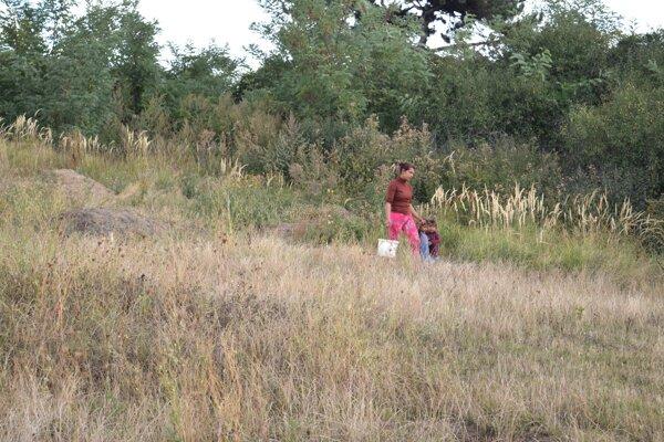 Bežným obrazom rómskej osady je mladá žena s vedrom vody v jednej ruke a deťmi v druhej.