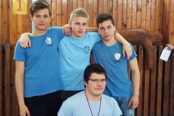 Kadeti AC Nitra na M-SR vo voľnom stýle - hore zľava Šimon Arpáš, Samuel Mikuš, Viktor Bojda, dolu Stanislav Novák.