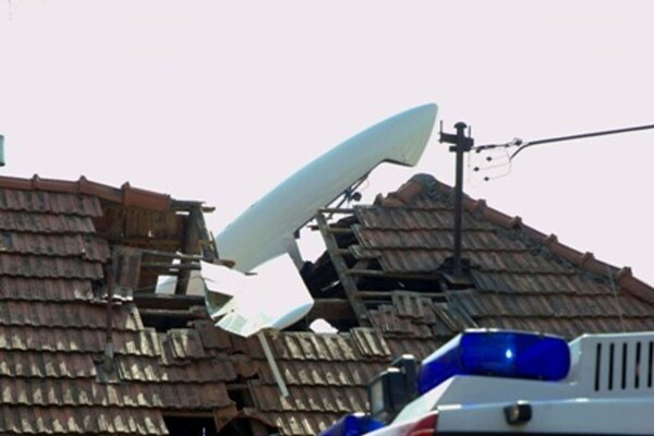 Pilot vrazil lietadlom do strechy domu na Zobore.