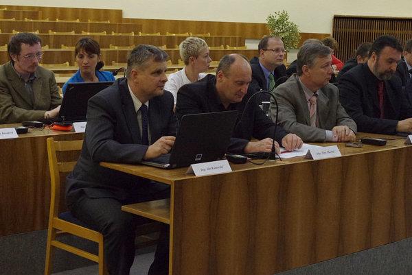 Poslanec Marian Puček (zadný rad, štvrtý zľava) hovoril a rekonštrukcii plavárne, problémoch s ňou aj zmluve medzi mestom a súkromnou spoločnosťou.
