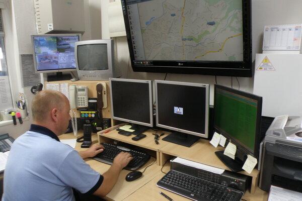 Operačný dôstojník riadi činnosť hliadok mestskej polície, ktoré sú v teréne.