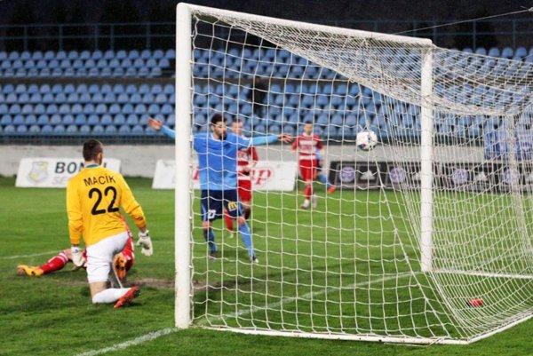 Jediný gól Nitry strelil Márius Charizopulos (na snímke v modrom). Toto je momentka po hlavičke Valentu, ktorá sa odrazila od žrde.