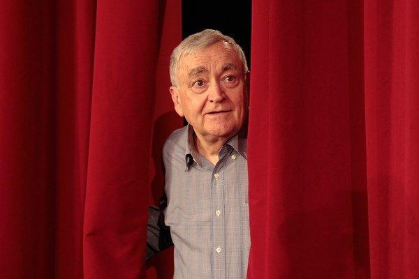 Stanislav Štepka víta svojich divákov v nových priestoroch Radošinského naivného divadla.