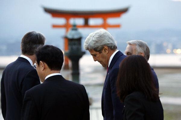 Kerry počas návštevy v Japonsku.