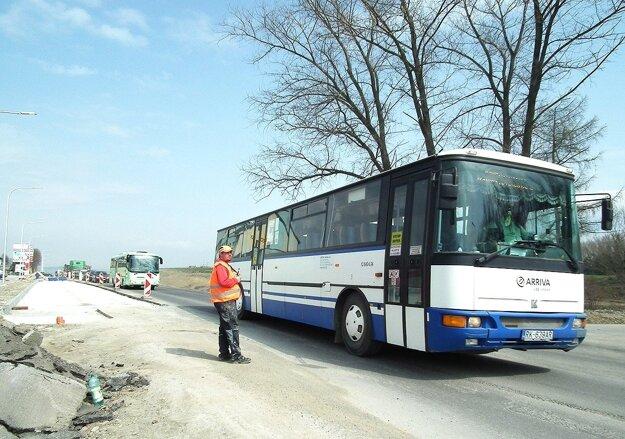Regulovanie dopravy sa zatiaľ zaobišlo bez semaforov.