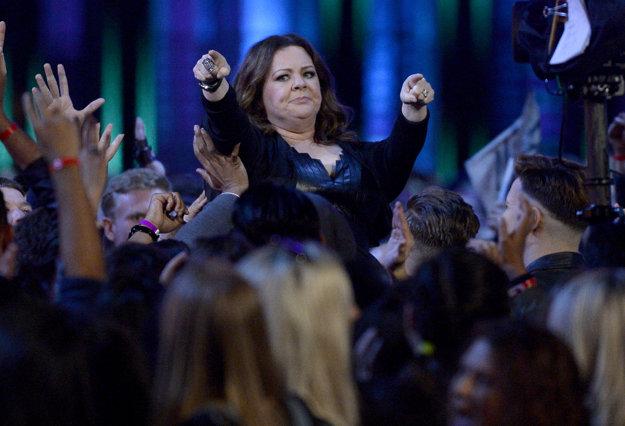 Melissa McCarthyová nesená davom na pódium