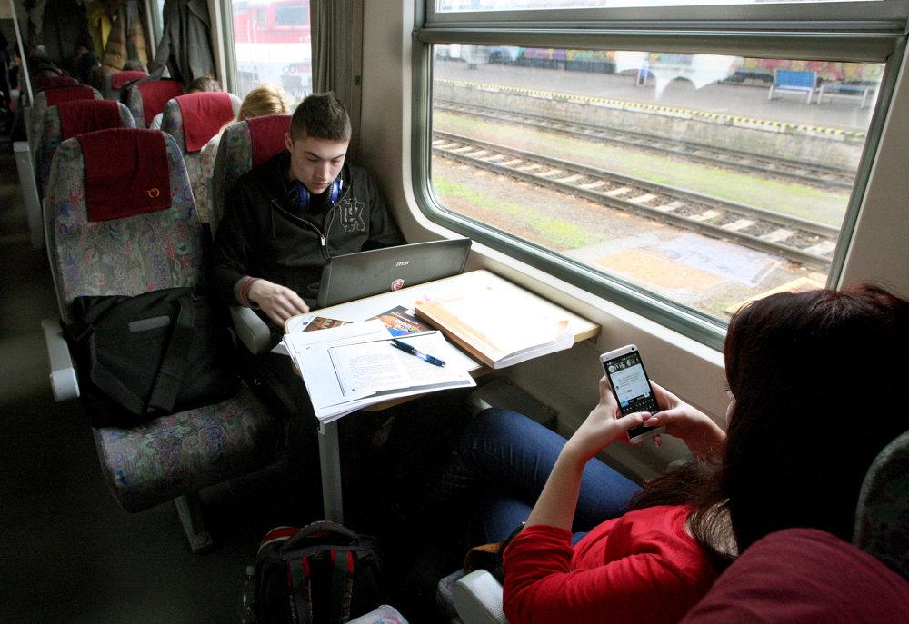 Študenti budú aj naďalej cestovať vlakmi zadarmo.