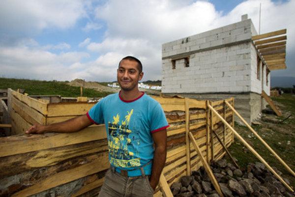 Vláda chce podľa svojho vyhlásenia podporovať svojpomocnú výstavbu domov v segregovaných komunitách.