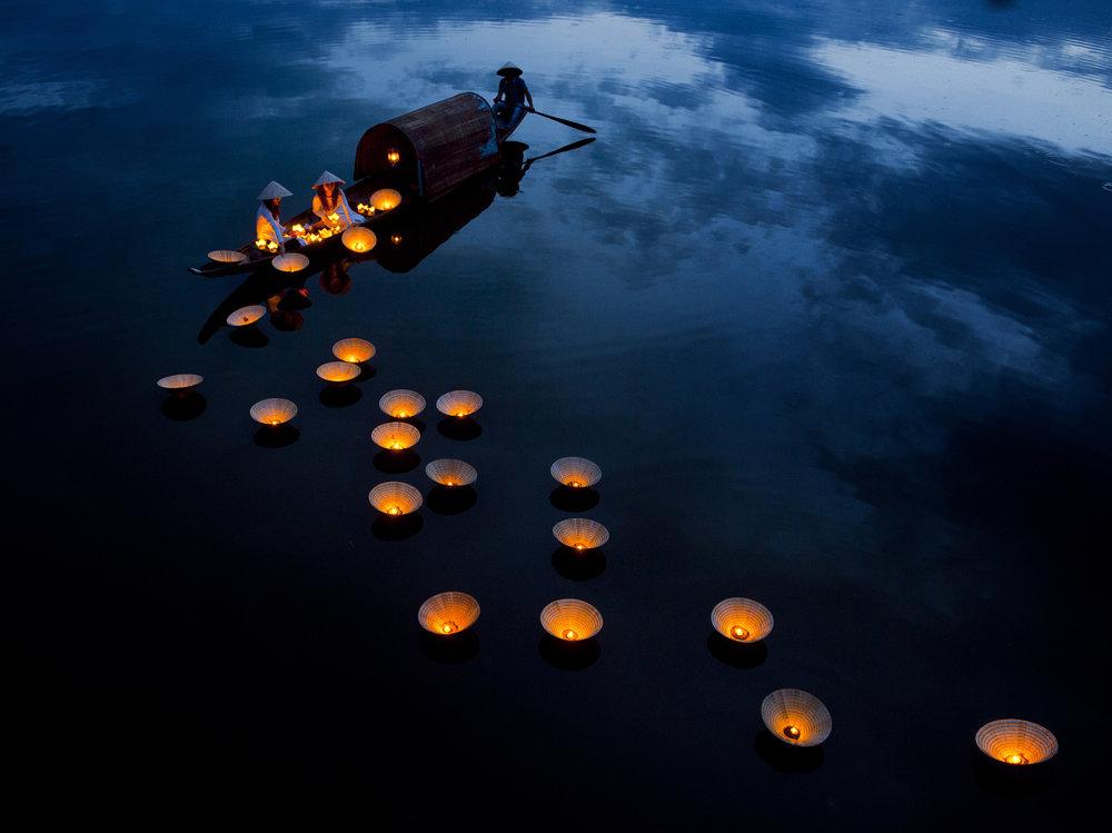 Svietiaci sen. Plávajúce lampáše na rieke v meste Huey sú súčasťou rituálu želania šťastia a pokojného života pre najbližších.