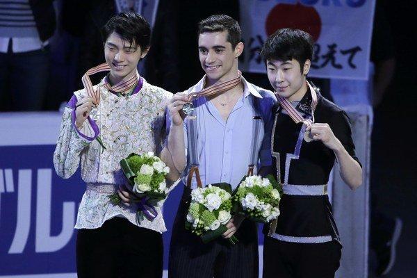 Javier Fernandez (v strede) zvíťazil pred Japoncom Juzurum Hanjuom (vľavo) a Číňanom Po-jang Ťinom.