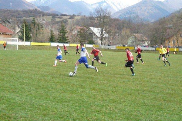 Hráčov ŠK Štiavnik (červeno-čierni) určite vystrašilo nepríjemné zranenie jedného z tímových spoluhráčov.