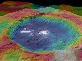 Záhadné svetlé škvrny v kráteri Occator na cerese.