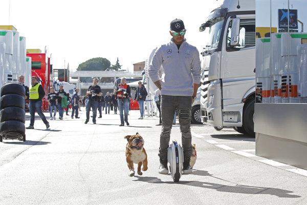 Lewis Hamilton na prechádzke počas testov F1 na okruhu Catalunya pri Barcelone.