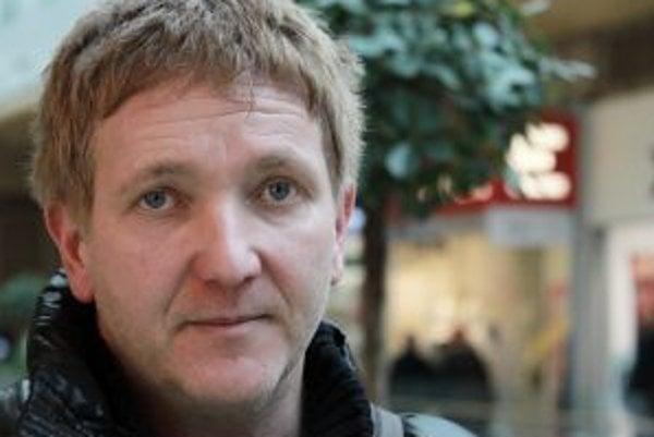 Narodil sa v roku 1968 v Žiline. Zo strednej školy ho vyhodili za rozvracanie socialistického zriadenia, pretože mu našli výtlačok Charty 77, na súde dostal podmienku, zákaz doštudovať platil na všetkých stredných školách v Československu. Dodnes vystried