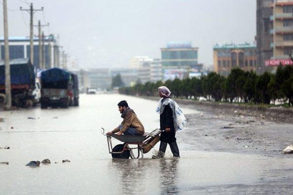 Voda zaplavila aj viaceré cesty, ktoré sú na niektorých miestach neprejazdné.