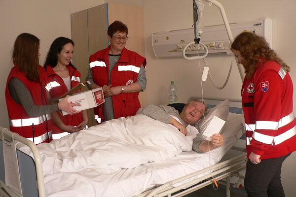 Valentínky pacientom odovzdávali aj na Internej klinike FN v Nitre.