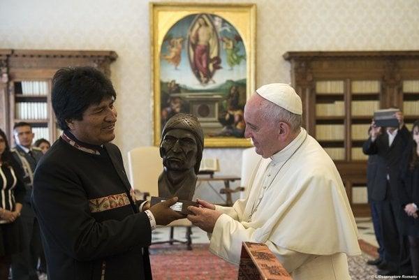 Bolívijský prezident Evo Morales predstavuje pápežovi Františkovi ručne vyrobenú bustu bolívijského domorodého vodcu Tupaca Katariho.