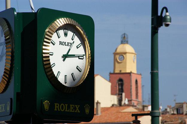 Aj uličné hodiny v Saint Tropez majú značku Rolex.