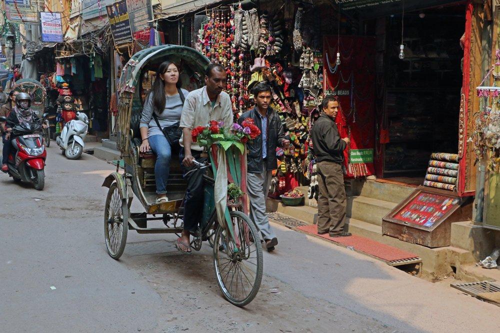 Typický nepálsky transport- rikša.
