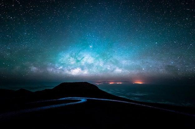 Havajské ostrovy zataiľ netrápi svetelný smog. Pohľad na Mliečnu dráhu z vrcholu spiacej sopky Heleakala (3.055 m.n.m).