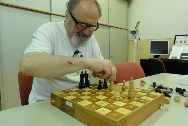 Josef Zbranek hrá šach pre nevidiacich.