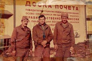 Jediná fotografiu z Černobyľu, ktorú Sergej Rezničenko (v strede) vlastní. Jeho skupina pracovala v obyčajných uniformách, bez akejkoľvek ochrany. September 1986.