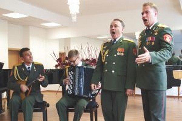 Štyria členovia súboru Alexandrovcov predviedli na ZUŠ kus svojho jedinečného kumštu.