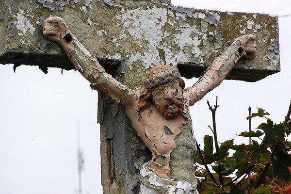 V najhoršom stave je kríž na Čermáni. Iniciatívni občania ho viackrát neodborne netreli, farba sa lúpe dolu, hmota pod ňou je poškodená.