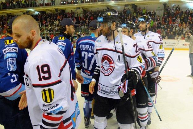Hokejisti oboch tímov si podávajú ruky.