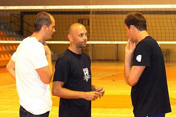 Zverenci trénera Marka Kardoša (v strede) budú mať ligovú premiéru v sobotu v hale SPU.
