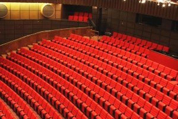 Celý august 25-členný tím v divadle pracoval na tom, aby sa diváci už od novej sezóny mohli pohodlne usadiť v rekonštruovanom hľadisku.