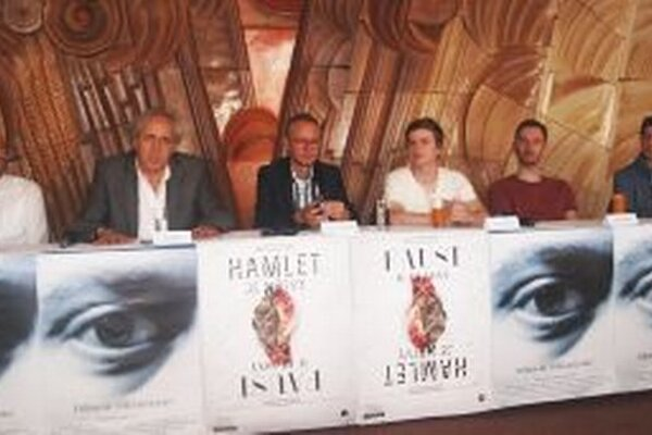 Novinky o nadchádzajúcej divadelnej sezóne odzneli na tlačovej besede DAB. Zľava Juraj Hrčka, Ján Greššo, Svetozár Sprušanský, Braňo Holiček, Jakub Rybárik a Tomáš Turek.