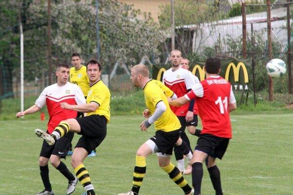 Lapáš tesne porazil Nevidzany 1:0. Jediný gól strelil Vladimír Tirpák (vľavo vžltom).