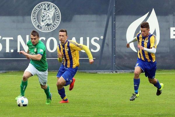 Horné Saliby vyhrali na štadióne DAC-u posledný zápas proti domácemu C-tímu. Balázs Karika (vľavo) si dal gólom darček k 25. narodeninám.