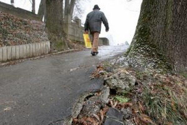 S rekonštrukciou chodníkov chce obec začať už na jar.