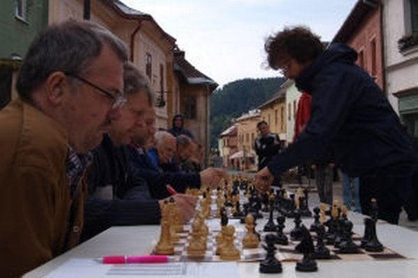 Na pešej zóne zaujala Kremničanov a turistov šachová simultánka.