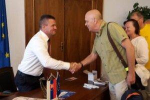 Riaditeľ festivalu Ján Fakla odovzdáva anticenu šéfovi národnej rady.