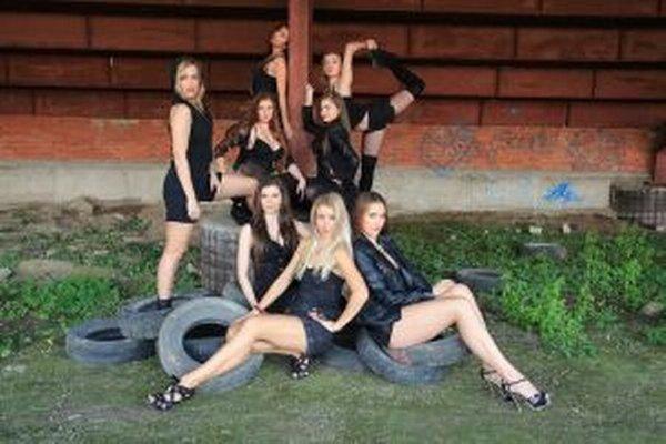 Členky tanečnej skupiny spolu so zakladateľkou Romanou (v strede).