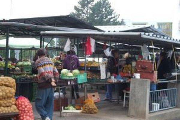 Žiarska tržnica. Schizofrenik svojím agresívnym správaním vystrašil predavačky na trhu aj v potravinách.