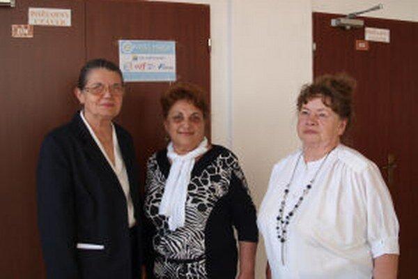 Uvádzačky Táňa Turazová, Lýdia Ihringová a Mária Luptáková počas slávnostného otvorenia zmodernizovaného kina.