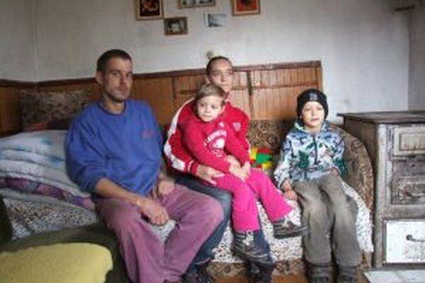 Ivanovci. Ján, Renáta a ich dve deti. Ďalšie tri boli v čase našej návštevy v škole.