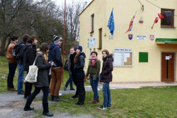 Umelecký workshop, ktorý má upozorniť na potrebu nezávislej kultúry, dnes jeho účastníci odštartovali vo volebnej miestnosti v obci Ilija.
