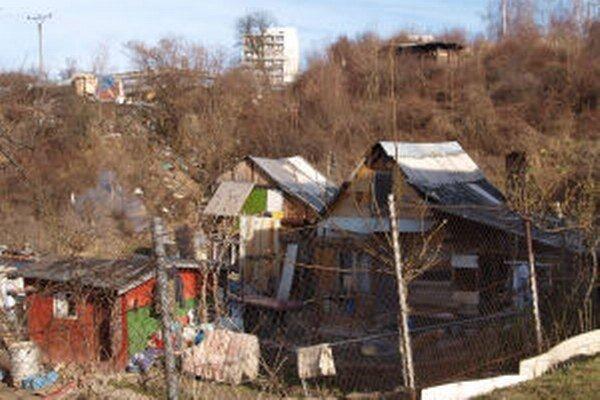 V osade žijú stovky ľudí v provizórnych podmienkach.