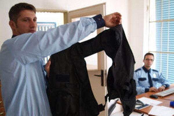 """Pri zadržaní muža, ktorý sa rád """"vyzbrojuje"""" atrapami častí vojenského výstroja boli aj mestskí policajti Marek Kinka (vľavo) a Ladislav Porada."""