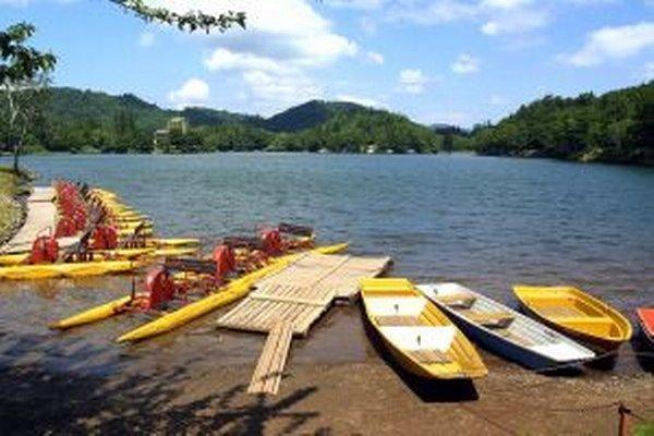 Autobusy k jazeru Počúvadlo počas prázdninových víkendov úplne zrušili.