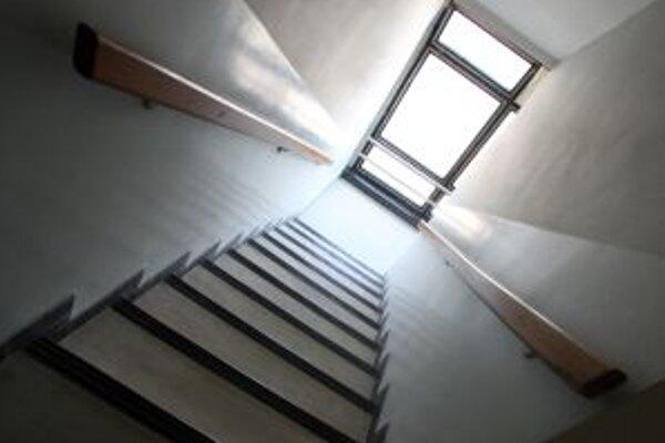 Do všetkých volebných miestností vedie viac alebo menej schodov.