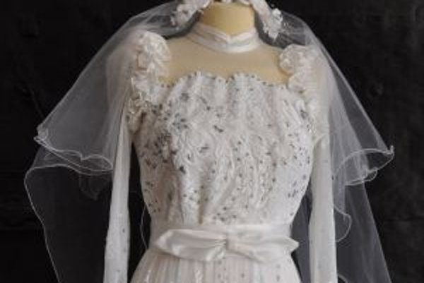 Otec nevesty priviezol tieto šaty z Turecka.