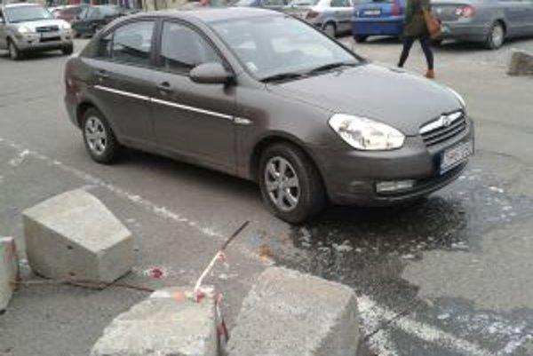 Pavol si vyčnievajúci roxor nevšimol, poškodil si na ňom svoje auto.