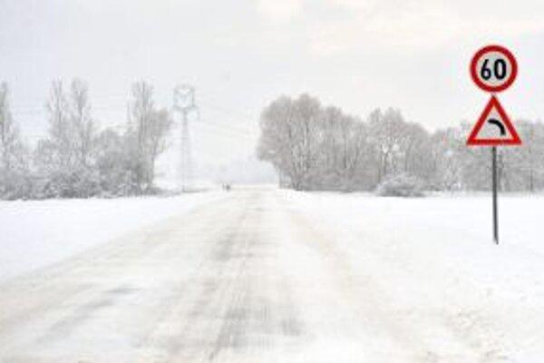 Na cestách je vrstva kašovitého a vo vyšších polohách utlačeného snehu.
